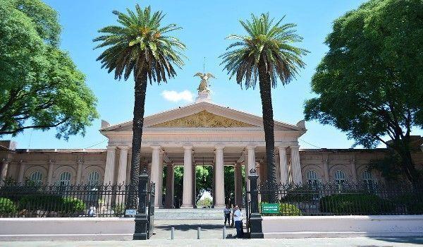 Cuatro detenidos por robar placas de bronce en el Cementerio de Chacarita